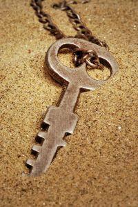 Ключ на песке